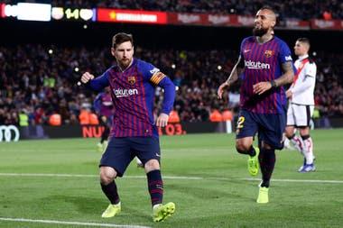 Messi festeja con Vidal el segundo gol del Barcelona.