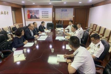 El presidente del Senasa, en el centro a la izquierda, con autoridades chinas