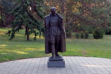 """Estatua del Mariscal Tito, el dirigente histórico de la Yugoslavia socialista, en el parque del mausoleo donde descansan sus restos (""""La Casa de las Flores"""")."""