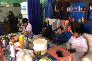 Con solo 8 años aprendió a cocinar arroz y fideos, a cambiarles el pañal, a bañarlos y a hacerlos dormir.