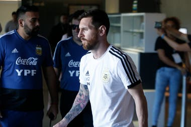 Lionel Messi en la salida del equipo hacia Belo Horizonte