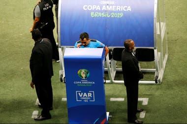 Bascuñán, el juez que le anuló dos goles a Brasil contra Venezuela a instancias de VAR.