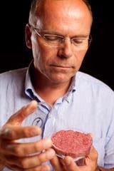 Mark Post, de la universidad de Maastricht, en 2013 al presentar la primera hamburguesa hecha con carne de laboratorio