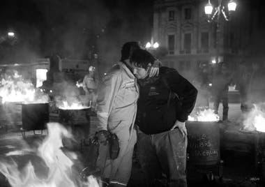 """3 de octubre de 2018. Trabajador de Yacimiento Carbonífero Río Turbio se abraza con un trabajador de Astillero Río Santiago en el """"Carbonazo"""", durante el acampe de los mineros frente al Congreso de la Nación y en protesta por los recortes en el presupuesto nacional"""