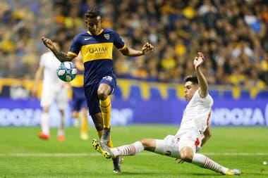 Villa se lleva la pelota ante Huracán, el domingo en la Bombonera. Ese día Boca estrenó el último modelo de camiseta tradicional.