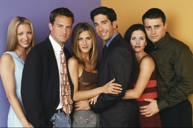 "El exitoso elenco de ""Friends"": Chandler Bing (Matthew Perry), Rachel Green (Jennifer Aniston), (doctor) Ross Geller (David Schwimmer), Mónica Geller (Courteney Cox), Joey Tribbiani (Matt LeBlanc) y Phoebe Buffay (Lisa Kudrow)."