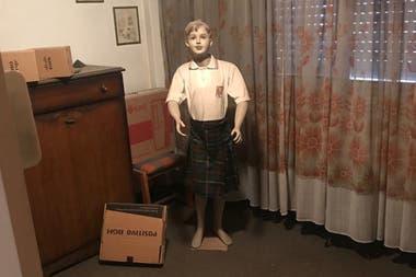El maniquí de niño vestido con uniforme escolar secuestrado en la casa del sospechoso