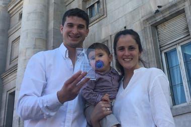 """María Soledad y Heriberto junto a su bebé, Agustino, hace unos días en la entrega de los premios """"País Presente 2019"""", donde recibieron una distinción"""