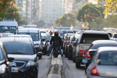 Muchas veces, impacientes, los motociclistas esquivan la espera con infracciones de tránsito