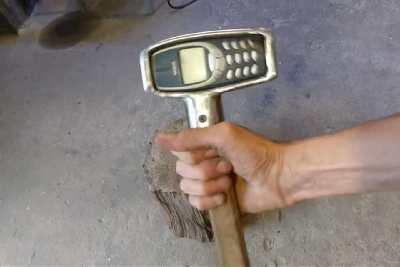 Finalmente sucedió: alguien hizo un martillo con un indestructible Nokia 3310