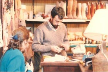 Mario Rosina hace 32 años cuando comenzaba con la talabartería