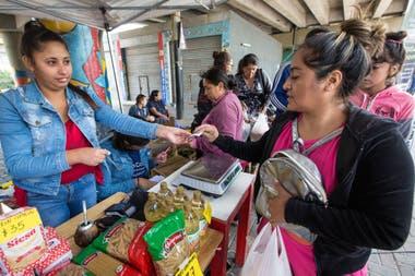 En las ferias consigue alimentos elaborados por cooperativas, fábricas recuperadas, pequeñas empresas y productores de la economía popular.