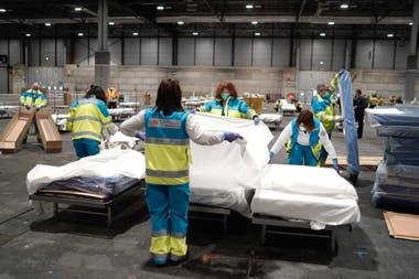 Preparan hospital de campaña en el predio de Ifema, en Madrid.