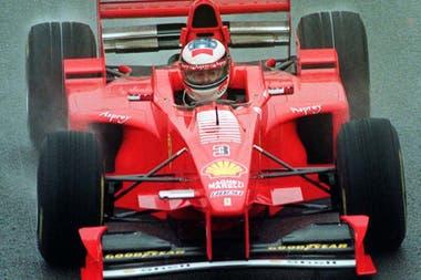 Michael Schumacher maneja bajo el diluvio, durante el Gran Premio de Gran Bretaña de 1998: el alemán sostuvo un duelo particular con Mika Hakkinen durante aquella temporada, aunque el finlandés logró la corona con McLaren-Mercedes