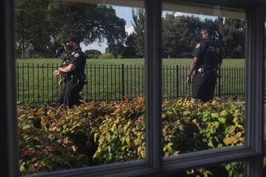 Oficiales del Servicio Secreto vigila fuera de la Sala de Prensa James Brady después de que se reportaron disparos cerca de la Casa Blanca el 10 de agosto de 2020 en Washington, DC