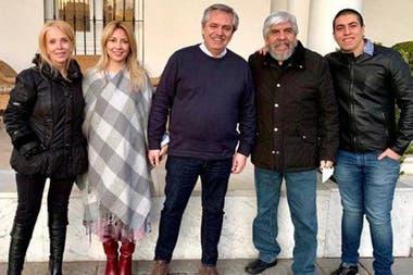 Alberto Fernández, Hugo Moyano y sus familias reunidos en Olivos, sin barbijos ni distancia social; una imagen que desató polémica en medio del aislamiento