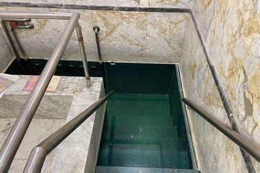 Mikve de la comunidad Yeshurun. Las escaleras dan a un fondo lo bastante profundo como para que la mujer pueda zambullirse por completo, y que no quede ni un cabello afuera del agua, como lo dictamina la ley judía