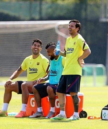 Lionel Messi, Luis Suárez y Arturo Vidal, en una postal de hace dos meses, cuando todavía no había explotado la crisis deportiva en Barcelona.