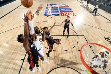 Jimmy Butlery LeBron James, y un duelo a centímetros del aro