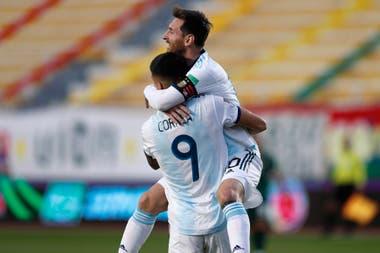 Y la Argentina gana en la temida La Paz: Joaquín Correa acaba de lograr el 2-1, que tendrá suspenso hasta la confirmación por el VAR, y Lionel Messi se trepa a él para celebrarlo.