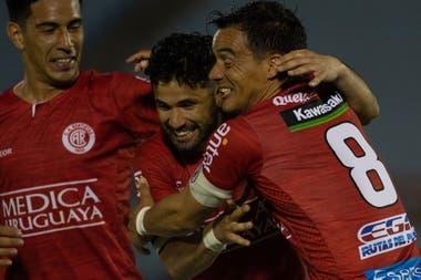 Los abrazos para Gonzalo Vega, el autor del gol con el que Rentistas superó 1-0 a Nacional; el delantero debutó de la mano de Marcelo Gallardo en el Tricolor