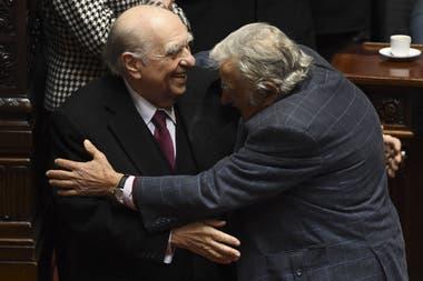 Los expresidentes uruguayos Julio Sanguinetti y José Mujica se abrazan durante su última sesión como senadores en el Congreso de Montevideo