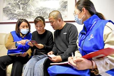 Trabajadores del censo recopilan información de los residentes en Lianyungang, en la provincia de Jiangsu, en el este de China