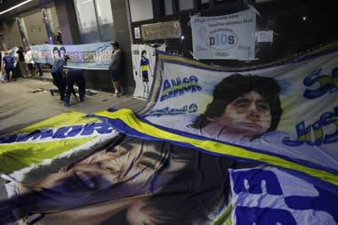 Las banderas con el rostro de Diego Armando Maradona, en la puerta de la clínica Olivos, donde el excapitán y exentrenador del seleccionado argentino fue operado de un hematoma subdural.