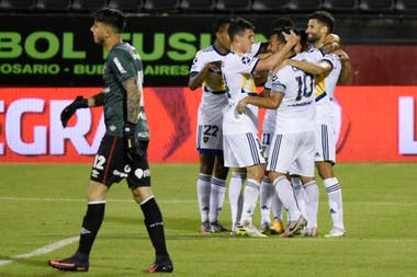"""""""Yo no la toqué"""", le dice Tevez a Lisandro López, autor del 2 a 0"""