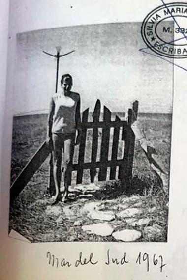 """Una de las jóvenes que veraneaba en la casita de El Remanso, en Mar del Sud, en 1967. """"Todos los veranos, una bella mujer salía de esa casa rumbo al mar, y se bañaba completamente desnuda"""", le confesó un paisano que frecuenta la zona a este cronista"""