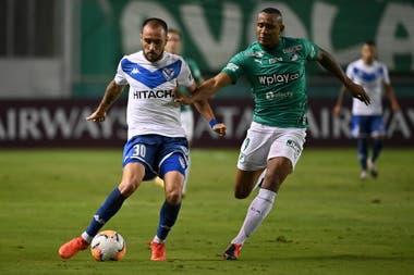 Federico Mancuello intenta quedarse con la pelota ante la marca de Ángelo Rodríguez. Vélez goleó por 5-1 y se trajo la clasificación a cuartos de final de la Copa Sudamericana de Colombia.