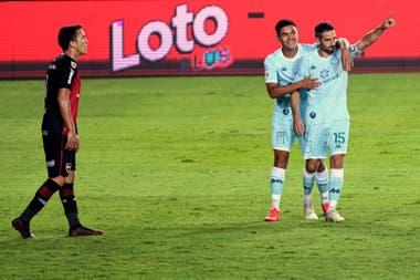 Lisandro López festeja el tercero de Racing frente a Newells Old Boys.