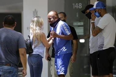 La fiscal Claudia Ríos se encuentra con un integrante del cuerpo técnico en el edificio donde murió Morro García.