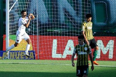 Alexis Castro festeja el primer gol de Colón ante Banfield; fue con un derechazo cruzado tras un cambio de frente de 34 metros del Pulga Rodríguez