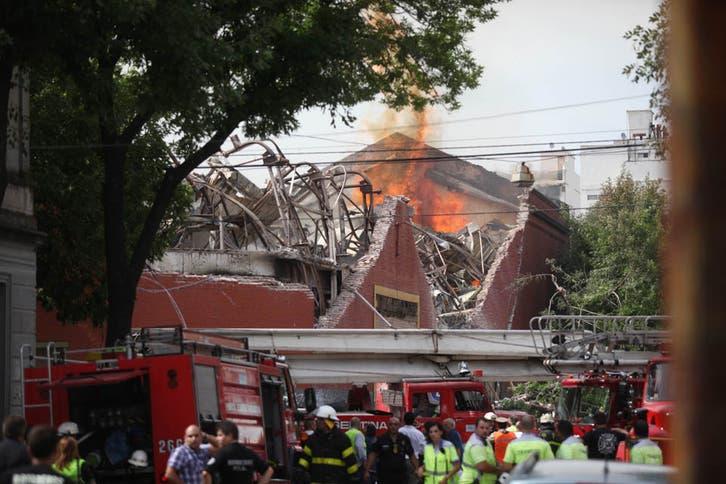 Choque, Incendio y derrumbe en Iguazu: hay nueve muertos y seis heridos