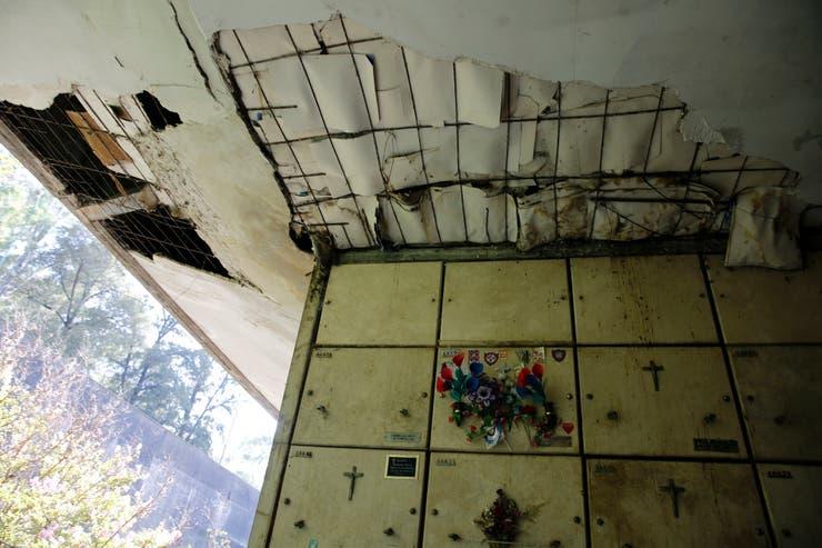 Daños profundos en los techos de los pasillos que alojan los nichos