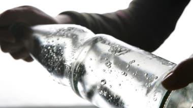 Las burbujas del agua con gas generan sensación de saciedad.