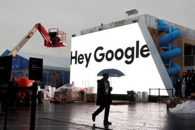 Un afiche en preparación de la reunión anual de Google muestra la frase con la que se activa su asistente digital