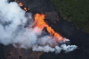 """La llegada de la lava al océano genera unas peligrosas nubes tóxicas, un fenómenos conocido como """"laze"""""""