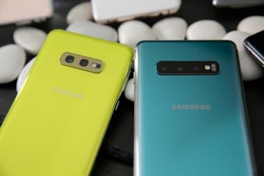 La doble cámara trasera del Galaxy S10e (izq:) y la triple cámara del S10/S10+