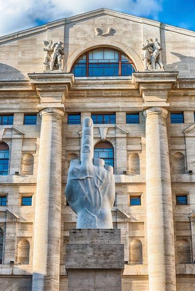 La obra de Maurizio Cattelan está emplazada frente a la sede de la bolsa de Milán, ¿una ironía?