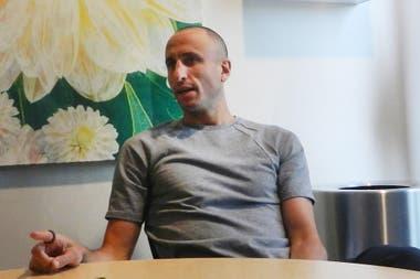 Manu Ginóbili con LA NACIÓN, charlando sobre la ceremonia del retiro de su camiseta