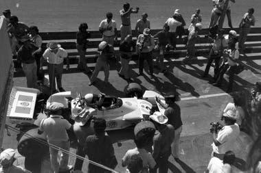 Reutemann en boxes; en la vuelta de la F. 1 a la Argentina en 1972 sorprendió a todos con la pole en su debut