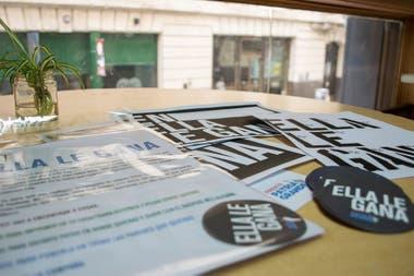 La campaña de Frente Grande de Grabois incluye mini afiches y pegatinas para la militancia