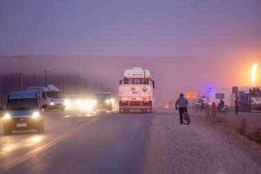 Todas las tardes se forma una fila de camionetas, combis y camiones que bajan de los yacimientos y atraviesan el pueblo