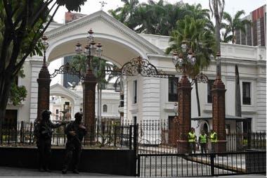 Las fuerzas de seguridad hacen guardia en la entrada del Palacio Legislativo Federal, la sede del Parlamento