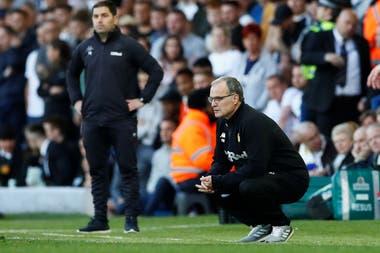 Bielsa observa el partido en cuclillas. Leeds quedó eliminado y no podrá ascender esta temporada a la Premier League.