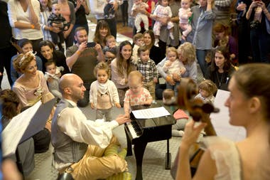 En la punta del salón, los recibió la orquesta, compuesta por dos pianos, un cello, una flauta, una celesta y un xilofón