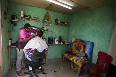 Un preso administra una peluquería.