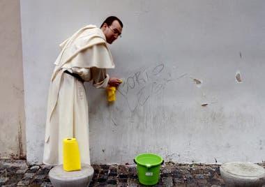 Junio de 2018. Sacerdote dominico en el Pasaje 5 de Julio, en el barrio de San Telmo, borrando graffitis un día antes de la votación en la cámara de Diputados del proyecto de Ley de Interrupción Voluntaria del Embarazo